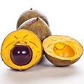 Drie paars met gele vruchten waarvan een door de helft gesneden met de pit eruit