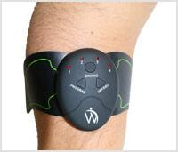 Arm met een band er omheen waar de afstandbediening van de buikspier stimulator van WeightWorld aan vast zit