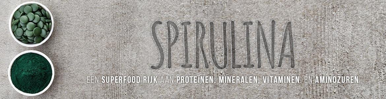 Banner spirulina- Een schaaltje spirulina tabletten en schaaltje spirulina poeder met tekst over voedingsware