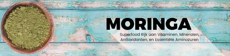 Banner moringa - Blauwe houte tafel met een schaal moringa poeder en als tekst moringa superfood rijk aan vitaminen