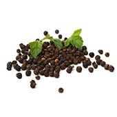 Bioperine - Zwarte peper met ertussen groene bladen op een witte achtergrond