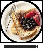 Een bord met een vrok en een boterham met boter, blauw bessen en aardbeien