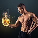 Man zonder bovenkleding met in zijn hand gewicht dat in brand staat