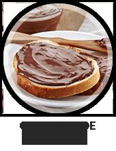 Een bord met daarop 2 stukjes brood en chocolade pasta