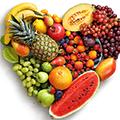 Verschillende soorten fruit neergelegd in de vorm van een hart
