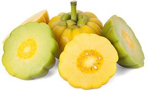 Een garcinia cambogia vrucht omring door halve garcnia vruchten