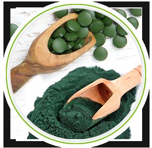 Houte lepel met bio spirulina tabletten en houte lepel met bio spirulina poeder