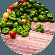 Tafel met daarop groene koffie bonen en wat rode besjes