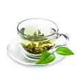Een kopje met daarin groene thee en wat kleine groene thee blaadjes