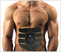 Gespierd bovenlichaam van een man die de 8 pad abs stimulator aan het gebruiken is