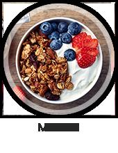 Een schaaltje met yoghurt, muesli, blauwe bessen en aardbeien