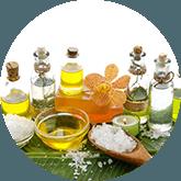 Tafel vol met verschillende flesjes olie, schaaltjes met zout en een houte lepel met zout