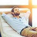 Een man die aan het ontspannen is op een witte stoel