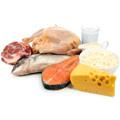 Een witte achtergrond met daarop voeding met proteïne zoals vis, kaas, vlees, kip en een glas melk