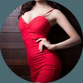Poserend lichaam van een vrouw in een strakke, rode jurk