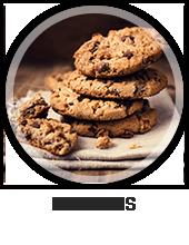 Een bord met daarop een stapel van chocolade koekjes
