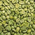 Een vierkant gevuld met hele en halve groene koffie bonen