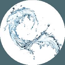 Water wat in de lucht is gegooid op een witte achtergrond
