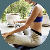 Vrouw in sportkleding die zitten een yoga-oefening uitvoert